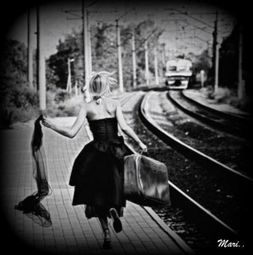15071681_3003_donna_ke_corre_dietro_al_treno_H004817_L